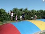 Der er stor aktivitet på hoppepuden af de mindre børn